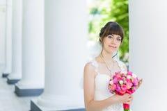 Sposa nelle colonne del teatro Fotografia Stock Libera da Diritti