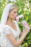 Sposa pacifica che odora il suo mazzo Immagini Stock