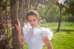 Sposa in parco Fotografia Stock