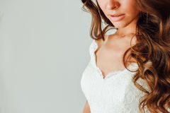 Sposa Parte del fronte, alto vicino della giovane donna Labbra grassottelle sexy Fotografia Stock