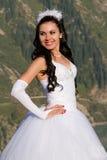 Sposa sexy in vestito bianco lungo nelle montagne immagine stock libera da diritti