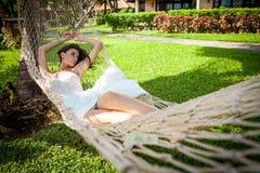 Sposa sexy in vestito bianco nella località di soggiorno di lusso Rilassamento romantico della donna Immagini Stock
