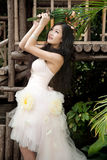Sposa sorridente con l'acconciatura riccia di cerimonia nuziale Immagini Stock