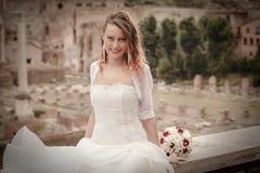 Sposa sorridente nella città antica Tribuna romana del Th Vestito da cerimonia nuziale Fotografia Stock Libera da Diritti