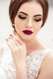 Sposa splendida con trucco di modo e acconciatura in un vestito da sposa di lusso immagini stock libere da diritti