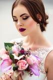 Sposa splendida con trucco di modo e acconciatura in un vestito da sposa di lusso immagini stock