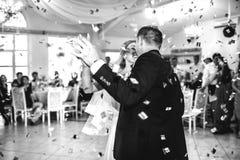 Sposa splendida e sposo felici alla moda che eseguono il loro emotiona Fotografia Stock Libera da Diritti