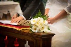Sposa, sposo e mazzo in un giorno delle nozze Fotografie Stock Libere da Diritti