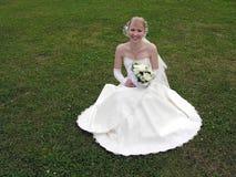 Sposa su erba Fotografia Stock Libera da Diritti