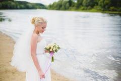 Sposa su un fondo del fiume Fotografie Stock Libere da Diritti