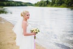 Sposa su un fondo del fiume Immagini Stock