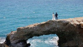Sposa su un ponte di pietra nel mare video d archivio