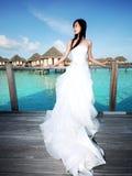 Sposa sul ponticello della spiaggia Immagini Stock