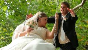 Sposa sull'oscillazione archivi video
