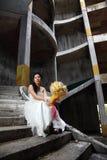 Sposa sulla vecchia scala arrugginita Immagini Stock Libere da Diritti