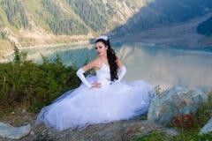 sposa in suo vestito da cerimonia nuziale sulla montagna fotografia stock libera da diritti