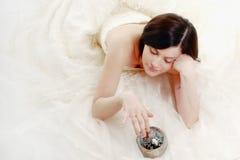 Sposa sveglia che tiene una sfera d'argento magica Fotografia Stock