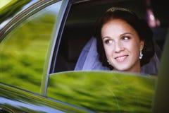 Sposa in un'automobile immagine stock libera da diritti