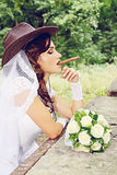 Sposa in un cappello da cowboy, tinto Fotografie Stock Libere da Diritti