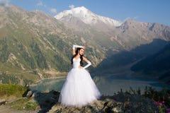 Sposa in un vestito da cerimonia nuziale sulla natura fotografie stock libere da diritti