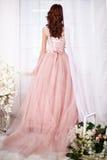 Sposa in un vestito rosa con i fiori Fotografia Stock Libera da Diritti