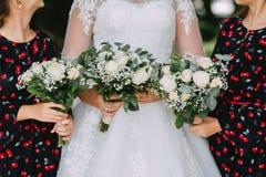 sposa in vestito bianco dal pizzo e due ragazze fotografia stock libera da diritti