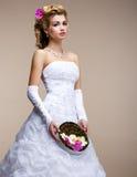 Matrimonio. Bionda alla moda della sposa in vestito bianco nuziale ed in mazzo insolito dei fiori immagine stock libera da diritti