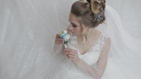 Sposa in vestito da sposa con il piccolo mazzo a disposizione Donna graziosa e ben curato stock footage