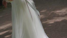 Sposa in vestito da sposa splendido che viene allo sposo bello e che si abbraccia video d archivio