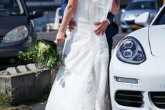 Sposa in vestito da sposa che va sulla luna di miele immagine stock libera da diritti