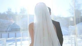 Spose al terrazzo della finestra video d archivio