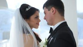 Spose al terrazzo della finestra archivi video