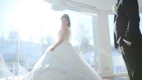 Spose al terrazzo della finestra stock footage
