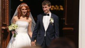 Spose alla soglia della chiesa stock footage