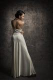 妇女后面秀丽画象,性感的礼服的, S典雅的夫人Posing 免版税库存照片
