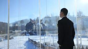 Sposo al terrazzo della finestra stock footage