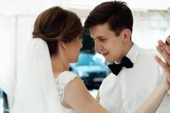 Sposo alla moda bello che balla con la sposa splendida felice al ricevimento nuziale, momento emozionale di divertimento fotografia stock libera da diritti