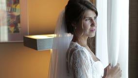 Sposo aspettante della bella sposa archivi video