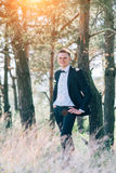 Sposo bello alla sposa sorridente ed aspettante dello smoking di nozze Immagini Stock