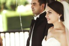 Sposo bello felice e bella sposa in vestito bianco in weddi Fotografie Stock