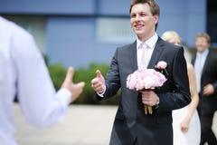 Sposo che accoglie migliore uomo Fotografie Stock Libere da Diritti