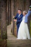 Sposo che apre il champagne al giorno delle nozze immagini stock