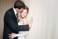 Sposo che bacia tenero la guancica della sposa fotografia stock libera da diritti