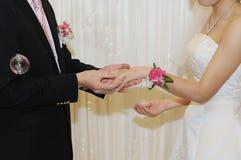 Sposo che dà un anello di fidanzamento alla sposa immagine stock