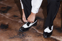 Sposo che lega le sue scarpe Fotografia Stock Libera da Diritti