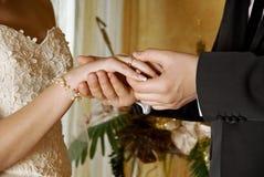Sposo che mette una sposa dell'anello Fotografia Stock Libera da Diritti