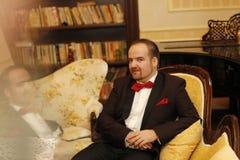 Sposo che si siede su una sedia Fotografie Stock Libere da Diritti