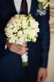Sposo che tiene il mazzo dei fiori Fotografia Stock Libera da Diritti
