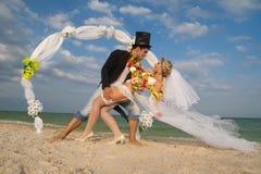 Coppie della persona appena sposata nel hawaiano Hula Immagine Stock Libera da Diritti