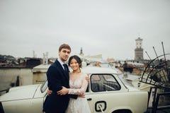 Sposo con la posa della sposa all'aperto nel giorno delle nozze fotografie stock libere da diritti